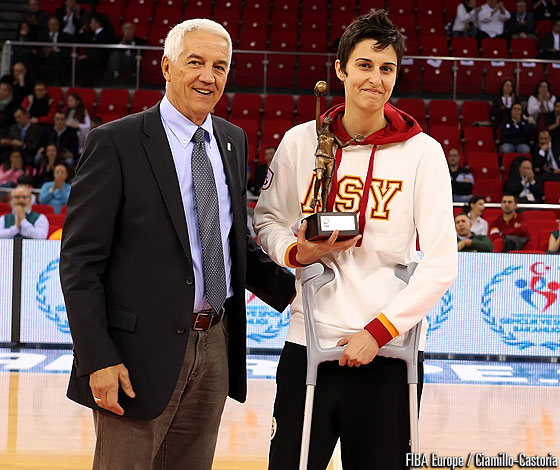 Alba Torrens receives her 2011 FIBA Europe Women's Player of the Year award from FIBA Europe Secretary General Nar Zanolin